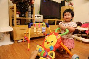 Sợ hàng chợ, bố mẹ bỏ tiền thuê đồ chơi hiệu cho con
