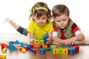 Nên để trẻ tiếp cận đồ chơi giáo dục từ sớm