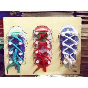 Bảng gỗ Montessori bé tập buộc dây giày
