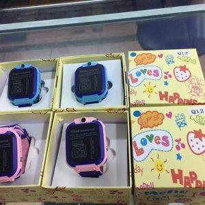 Đồng hồ định vị trẻ em chống nước Q12 có camera